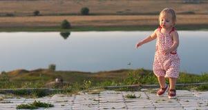 behandla som ett barn den utomhus- dansflickan Arkivfoto