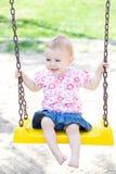 behandla som ett barn den utomhus- flickan Royaltyfria Bilder