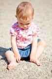 behandla som ett barn den utomhus- flickan Royaltyfri Bild