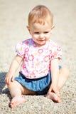 behandla som ett barn den utomhus- flickan Royaltyfria Foton