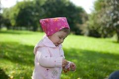 behandla som ett barn den utomhus- flickan Arkivbild