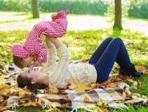 behandla som ett barn den utomhus- modern Arkivfoton