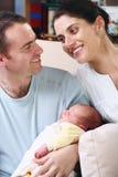 behandla som ett barn deras nyfödda föräldrar för den lyckliga holdingen royaltyfri foto