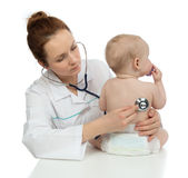Behandla som ett barn det auscultating barnet för doktorn tålmodig hjärta med stetoskopet Royaltyfri Fotografi