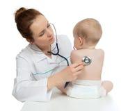 Behandla som ett barn det auscultating barnet för sjuksköterskan den tålmodiga ryggen med stetoskopet Arkivfoto