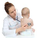 Behandla som ett barn det auscultating barnet för sjuksköterskan tålmodig hjärta med stetoskopet Arkivbild