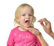 Behandla som ett barn det biologiska provet Salvia för den medicinska prövkopian från barn ungen mo Arkivfoto