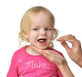 Behandla som ett barn det biologiska provet Salvia för den medicinska prövkopian från barn ungen mo Royaltyfri Foto