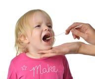 Behandla som ett barn det biologiska provet Salvia för den medicinska prövkopian från barn ungen mo Fotografering för Bildbyråer