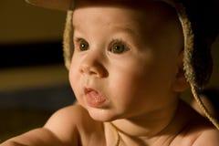 behandla som ett barn det bruna ögat för pojken Arkivfoto