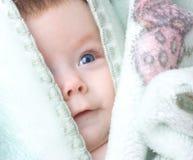 behandla som ett barn det gulliga spädbarn Arkivbilder