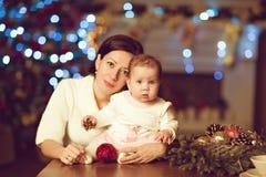 Behandla som ett barn det lilla gulliga lilla paraplyet för moderbrunettomfamningar flickan i en vit Royaltyfri Bild