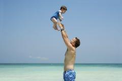 behandla som ett barn det lyckliga flyget Royaltyfri Foto