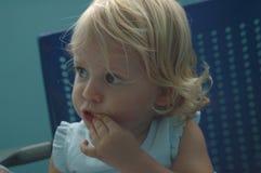 behandla som ett barn det lyckliga sjukhuset för flickan Arkivfoton