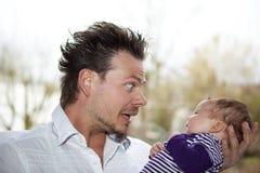 behandla som ett barn det lyckliga skämtandet för faderflickan Arkivfoton
