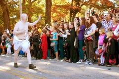 Behandla som ett barn det nya året går i Halloween ståtar Arkivbild