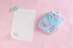 Behandla som ett barn det nyfödda hälsningkortet Royaltyfria Foton
