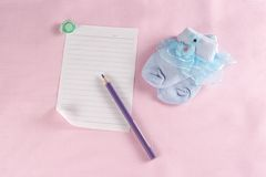 Behandla som ett barn det nyfödda hälsningkortet Fotografering för Bildbyråer