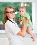 Behandla som ett barn det pediatriska och tålmodiga barnet för den kvinnliga doktorn Arkivbild