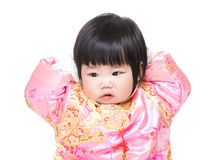 Behandla som ett barn det rörande huvudet för flickan med dräkten för traditionell kines Royaltyfri Foto