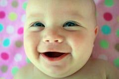 behandla som ett barn det stora flickaleendet Royaltyfri Foto