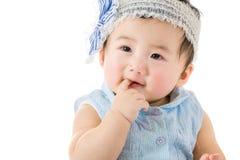Behandla som ett barn det sugande fingret för flickan fotografering för bildbyråer
