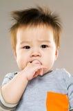 Behandla som ett barn det sugande fingret för pojken in i mun Royaltyfri Foto