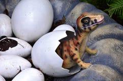 Behandla som ett barn dinosaurien Arkivbild