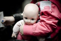 Behandla som ett barn - dockan för flickor Arkivbild