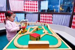 Behandla som ett barn - dockhuset Royaltyfri Fotografi