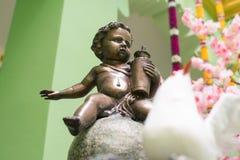 Behandla som ett barn dockor som göras av gjutjärn Använt för garnering royaltyfria foton