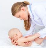 Behandla som ett barn doktorn som är pediatrisk Arkivbilder