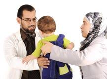 behandla som ett barn doktorn som undersöker little Fotografering för Bildbyråer
