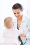 behandla som ett barn doktorn undersöker pediatriskt Royaltyfria Bilder
