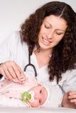 behandla som ett barn doktorshåll Royaltyfri Bild