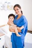 behandla som ett barn doktorsholdingtålmodign Fotografering för Bildbyråer