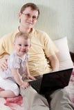 behandla som ett barn dotterfadern Arkivbild