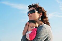 behandla som ett barn dottermodern Arkivfoto