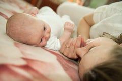 behandla som ett barn dottermodern Fotografering för Bildbyråer