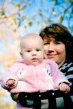 behandla som ett barn dottern henne modern Arkivfoto