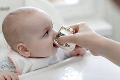 behandla som ett barn dricksvatten Royaltyfri Foto