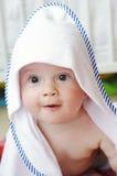 Behandla som ett barn efter duschen som slås in i handduk Arkivfoton