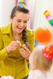 behandla som ett barn födelsedagen som först firar henne modern Royaltyfri Foto