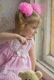 Behandla som ett barn fönstret Barn som ser fönstret som pekar ett finger på något Fotografering för Bildbyråer