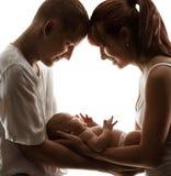 Behandla som ett barn för den nyfödda fadern Child för modern förälderungen för familjen den nyfödda fotografering för bildbyråer
