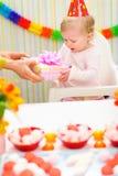 behandla som ett barn för födelsedag aktuellt förvånat motta först Royaltyfria Bilder