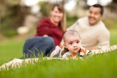 behandla som ett barn för förälderparken för pojken den lyckliga blandade racen Royaltyfria Foton