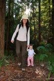 behandla som ett barn första skogflickamoment Arkivfoton
