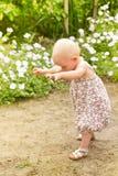 Behandla som ett barn första steg Arkivbild