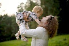 behandla som ett barn faderflickan som går henne holdingkyssen till Royaltyfri Bild